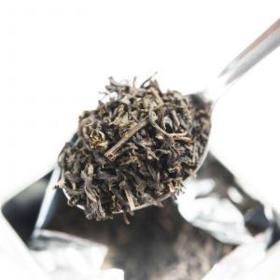 Směs zeleného čaje s květy jasmínu si získá každého milovníka čaje svou jemnou, nasládlou vůní i výraznou chutí. Nápoj světle žluté barvy zmírňuje stres a napětí a přináší uklidnění.