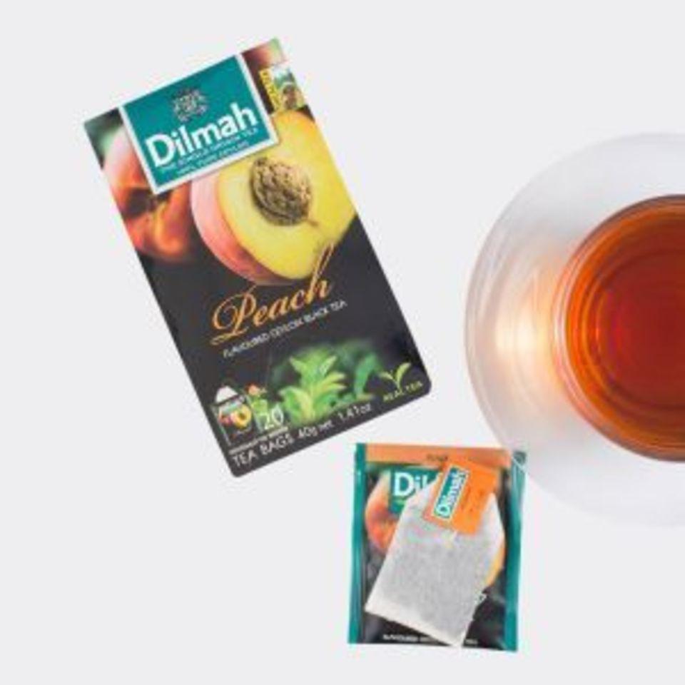 Jemný čierny čaj s príchuťou šťavnatej broskyne. Príjemná sladkokyslá a pikantná chuť broskyne obohacuje čierny čaj o svieže tóny.