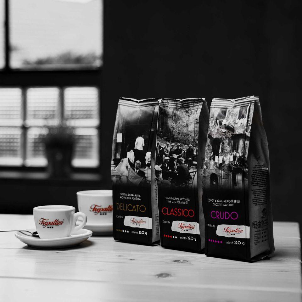 Na míru namíchaná směs arabiky a robusty z kávových zrn z Kolumbie, Brazílie a Indie. Extra silná káva s plným tělem, nízkou kyselostí a s hořkými tóny čokolády, doprovázena silným aroma. Trepallini Crudo je středně pražená káva s vyšším podílem robusty, která kávě přináší zemitější chuť, vyšší obsah kofeinu a výraznou cremu.