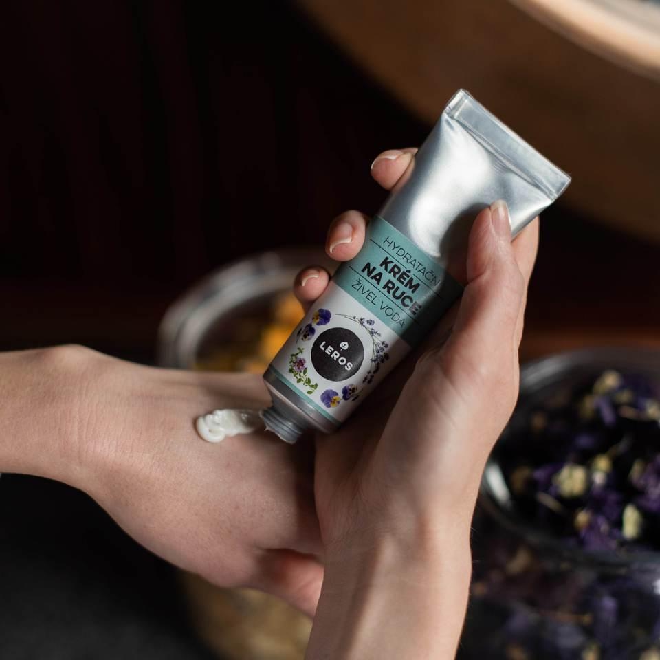 Hydratačný krém na ruky s ľahkou textúrou, s vôňou fialky a levandule, inšpirovaný vodným živlom.
