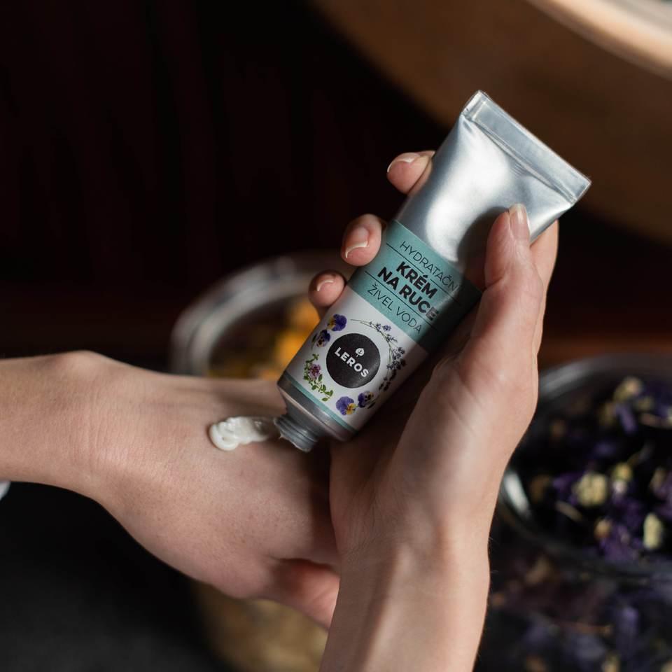 Hydratační krém na ruce s lehkou texturou s vůní violky a levandule inspirovaný vodním živlem.