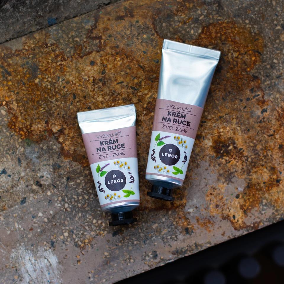Vyživujúci krém na ruky s hutnejšou textúrou, s vôňou pačuli a fazule tonka, inšpirovaný zemským živlom.
