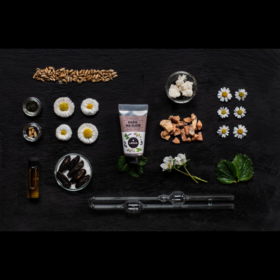 Vyživující krém na ruce s hutnější texturou s vůní pačuli a fazole tonky inspirovaný zemským živlem.