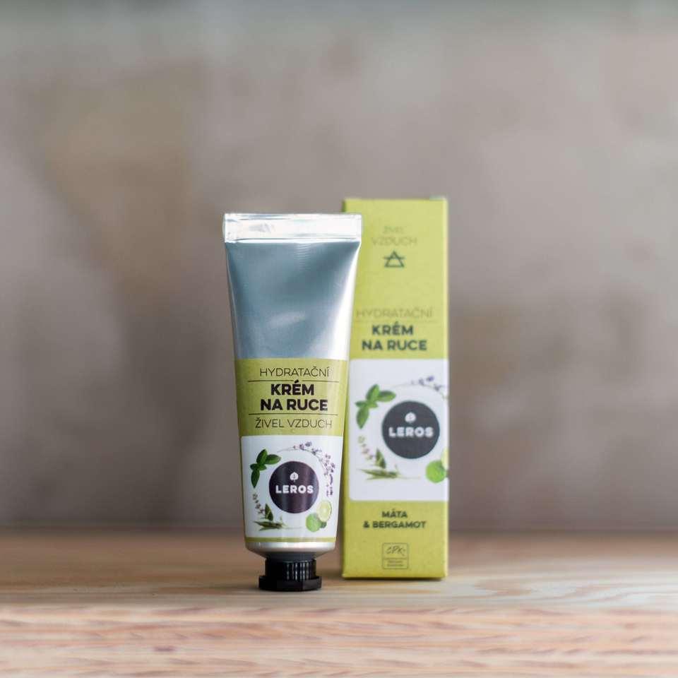 Hydratační krém na ruce s lehkou texturou s vůní máty, bergamotu a mimózy inspirovaný vzdušným živlem.