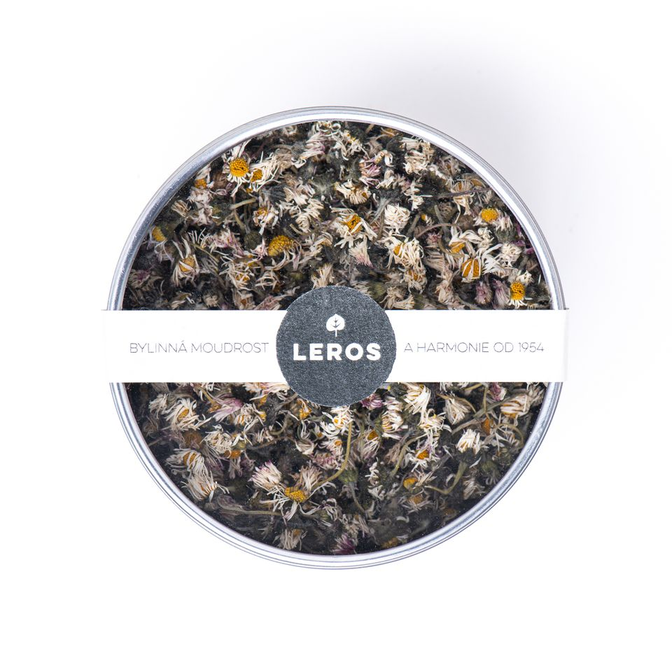 Sypaný čaj s velkými květy v dárkové plechovce.