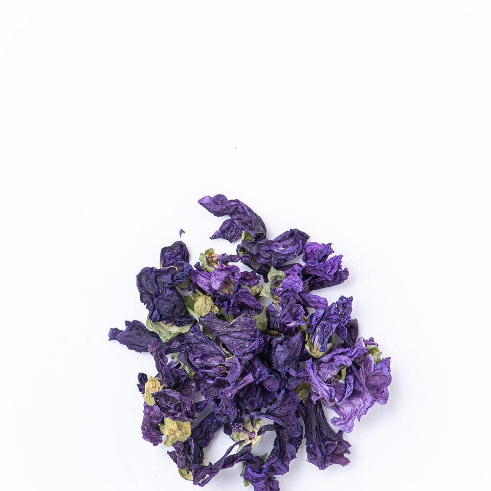 Sypaný čaj s veľkými kvetmi v darčekovej plechovke.